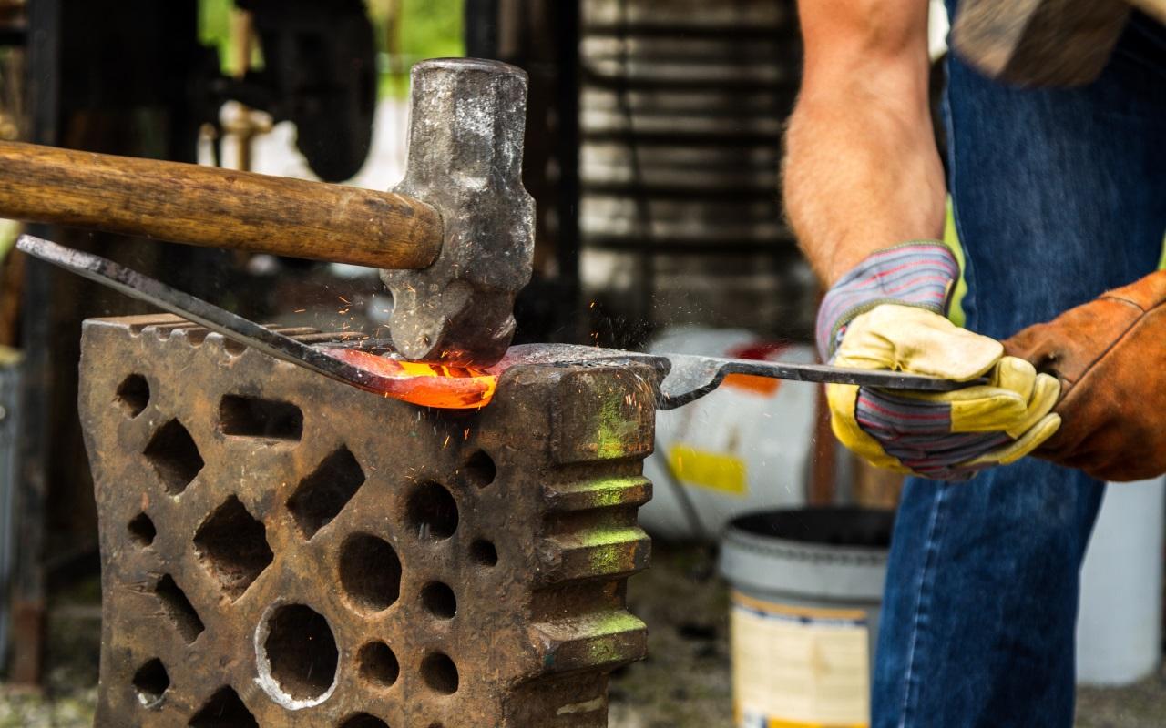 Zakázková tvorba kovářských a zámečnických výrobků, zejména pro dům, byt a zahradu.